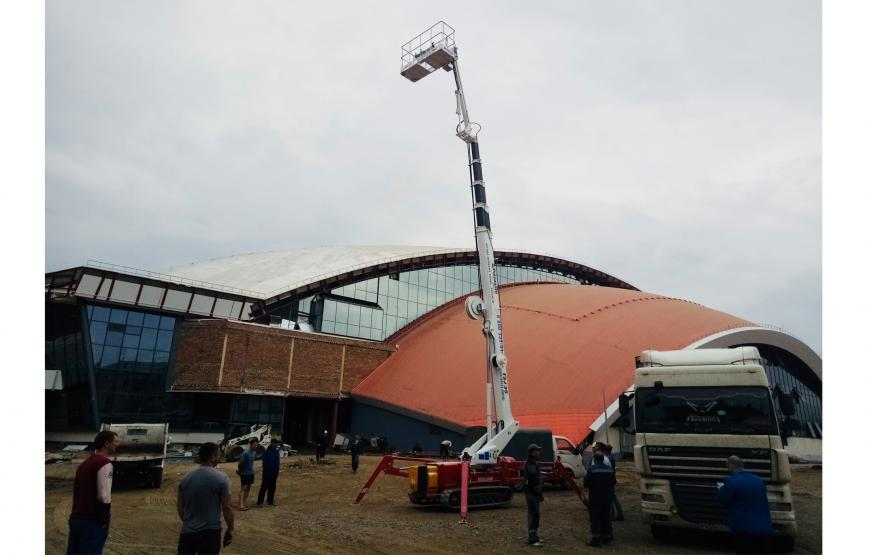 "How to build an ice rink? Somebody in Russia says ""it is as easy as pie, with a Spider Lifts TSJ 35 by Palazzani""!"